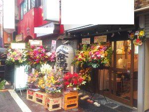 華やかな色のスタンド花