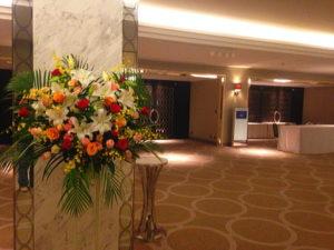 マリオットホテルへ創立お祝いのスタンド花