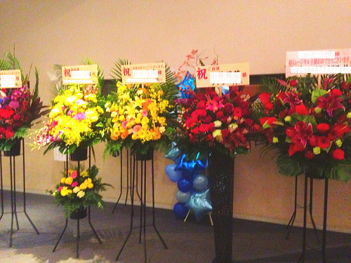 六行会ホールへ贈る花