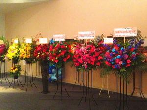 六行会ホールへスタンド花