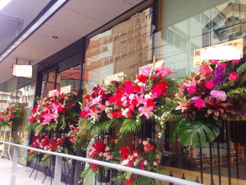 オープンカフェのオープン祝い花