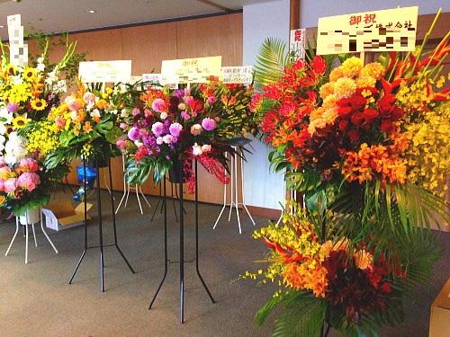 ガーデンホールに豪華な花を贈る