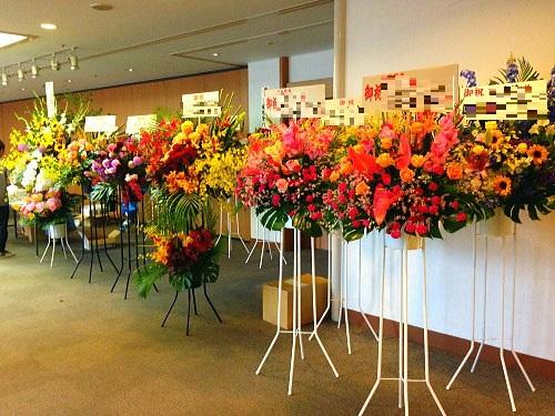 ガーデンホールへ公演祝いのスタンド花