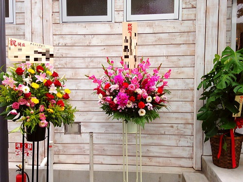 入り口のスタンド祝い花