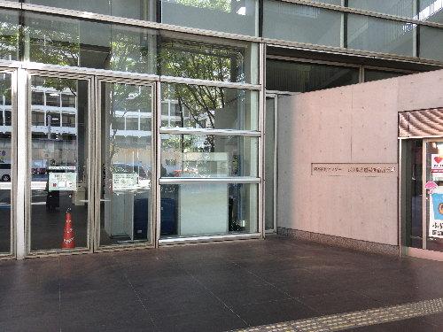 四谷区民ホールの入り口